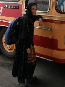 Nina verschleiert am Bus