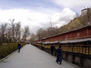 Gebetsmühlen um den Potala Palast herum